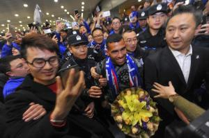 Carlitos Tévez es recibido por una eufórica multitud en el aeropuerto de Shanghái