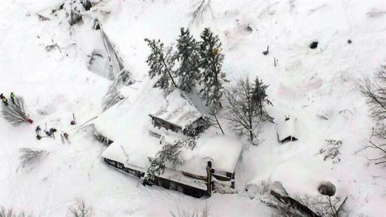 Cuatro niños estaban en el hotel sepultado por el alud en Italia