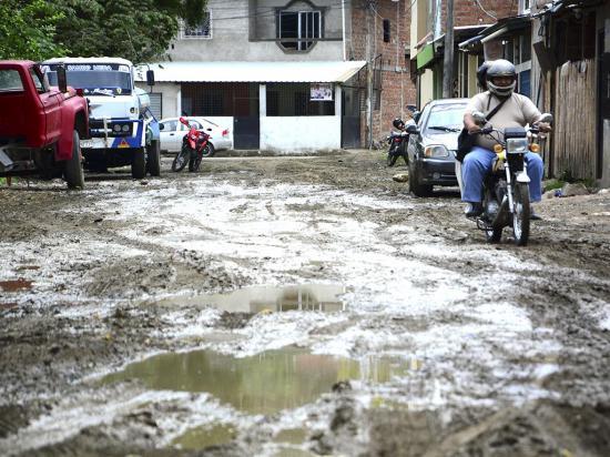 El lodo se toma la calle Tarqui y complica la  movilidad de vecinos