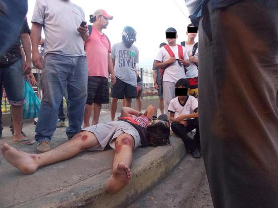Motociclista embestido por una camioneta