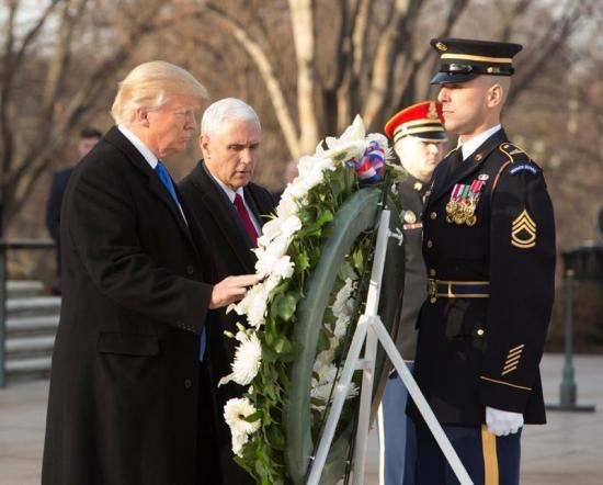 Trump inicia actos de investidura con ofrenda en tumba de soldado desconocido