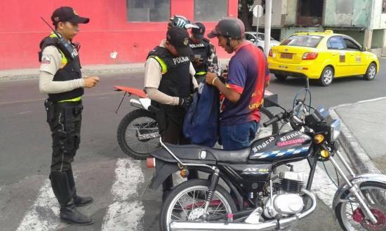 """Policía realiza """"operativos sorpresa"""" en varias vías de Manta"""