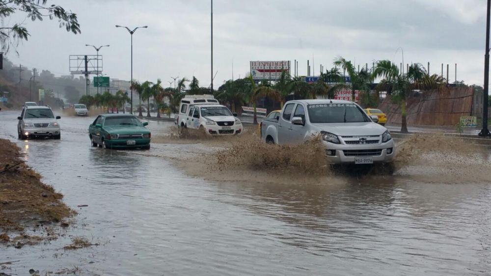 El primer aguacero del 2017 afecta a varios sectores de Manta