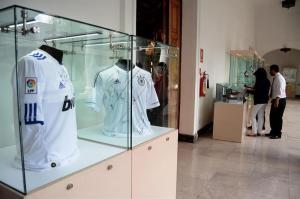 Subastan camisetas firmadas por Messi, Ronaldo y otros ases del fútbol regaladas al presidente Correa