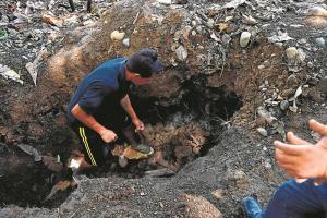 """Habitantes hallaron fuego bajo la tierra: """"El duende sigue allí"""""""