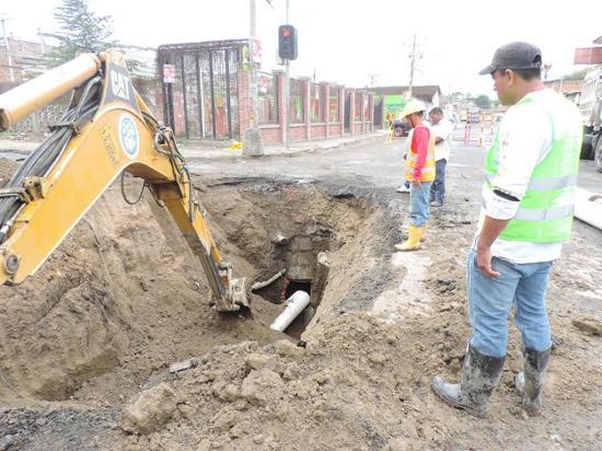 Abren y cierran calles  por cambio de tuberías en sectores urbanos