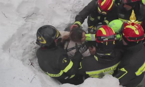Hallan a seis supervivientes en hotel italiano sepultado por alud