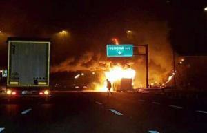Profesor salva a varias personas de un bus en llamas, pero pierde a sus dos hijos