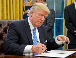 Trump firma orden que impide a EE.UU. financiar grupos pro aborto en el exterior