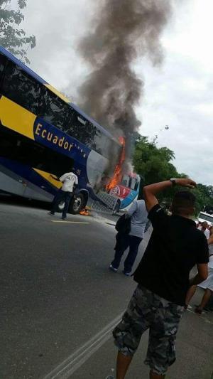 Quince heridos y dos buses quemados deja accidente de tránsito en la vía Quevedo-Ventanas