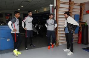 David Beckham visita en París a sus antiguos colegas del PSG