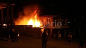 Voraz incendio consume una vivienda en El Carmen