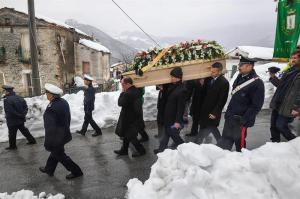Sube a 15 la cifra de muertos en hotel italiano sepultado por un alud