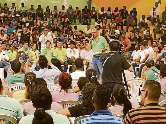 Glas visita Esmeraldas y se reúne con universitarios