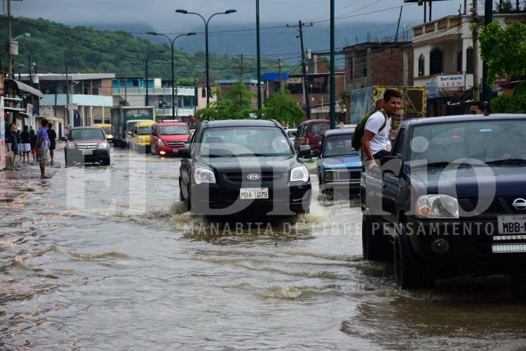 Las fuertes lluvias inundan varios cantones de Manabí