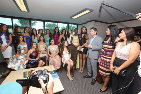 Se realizó la entrega oficial de bandas a las 22 candidatas a Miss Ecuador
