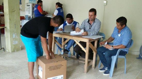 Los presos abren elecciones en Ecuador en una jornada anticipada de votación