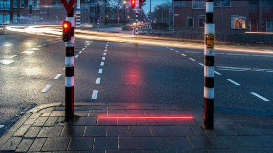 Ciudad holandesa instala 'semáforo' en el suelo para los adictos al celular