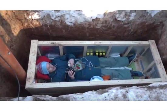Famoso bloguero pasó 24 horas en un ataúd bajo tierra y lo transmitió por Youtube