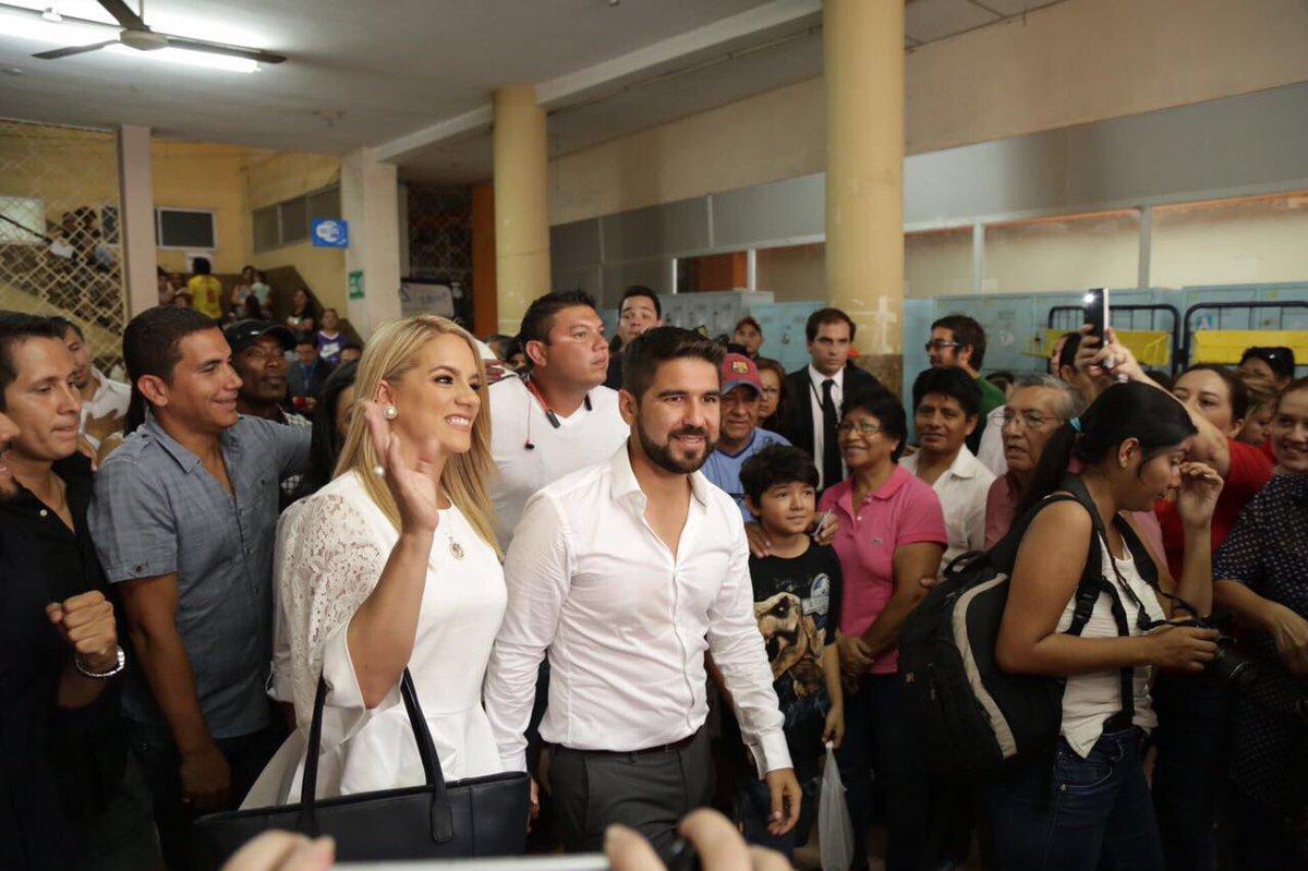 Dalo Bucaram votó en la Universidad de Guayaquil, acompañado de su esposa Gaby Pazmiño