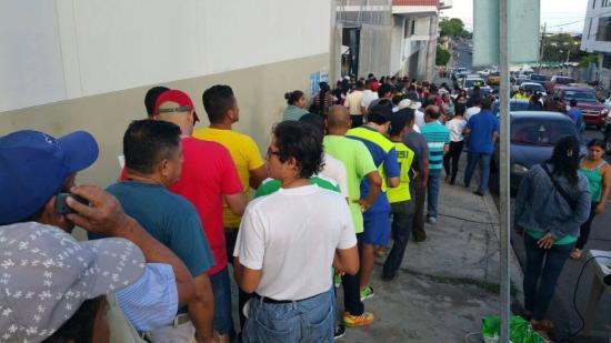 Con más de 45 minutos de retraso inició el proceso electoral en Manta