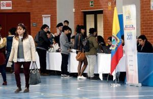 Miles de ecuatorianos votan en Madrid para elegir a su presidente