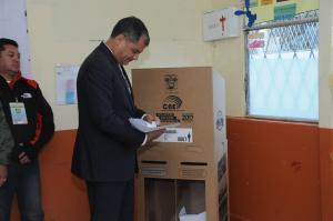 El presidente Rafael Correa prefirió la mañana para acudir a sufragar