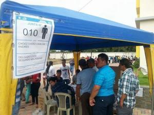 Miembros del CNE orientan a los votantes de Tosagua tras habilitación de nuevos recintos