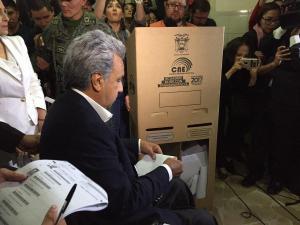 Lenín Moreno votó en el mismo recinto que su rival Andrés Páez