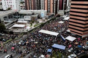 Multitud aguarda en los exteriores del CNE los resultado final de comicios