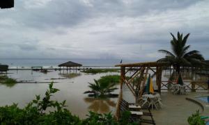 Lluvias causan daños en vías y desborde de estero en Puerto López