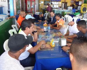 Jugadores de la selección de fútbol playa de Ecuador reciben premio por clasificación