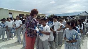 Distribuyen leche que fue donada
