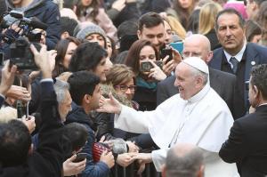 El papa critica la 'doble vida' de los católicos que hacen 'negocios sucios'