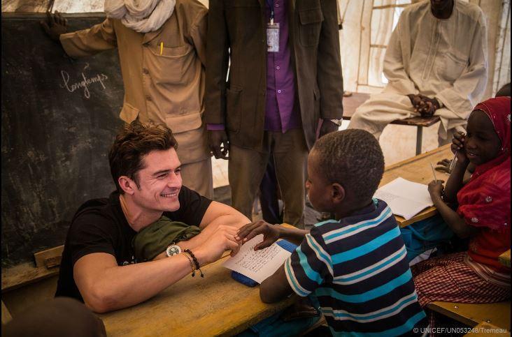El actor Orlando Bloom visita a niños desplazados que huyeron de Boko Haram