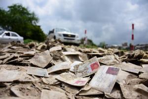 Hallan miles de cédulas de identidad botadas en un terreno en Manta