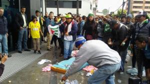 Simpatizantes del oficialismo arrojan atunes frente a la sede de CREO y el Banco de Guayaquil