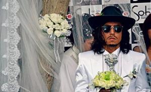 Actor peruano pide por la paz de Guatemala en su boda con un árbol