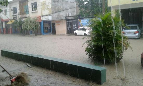 Fuerte aguacero inundó varios sectores de Portoviejo