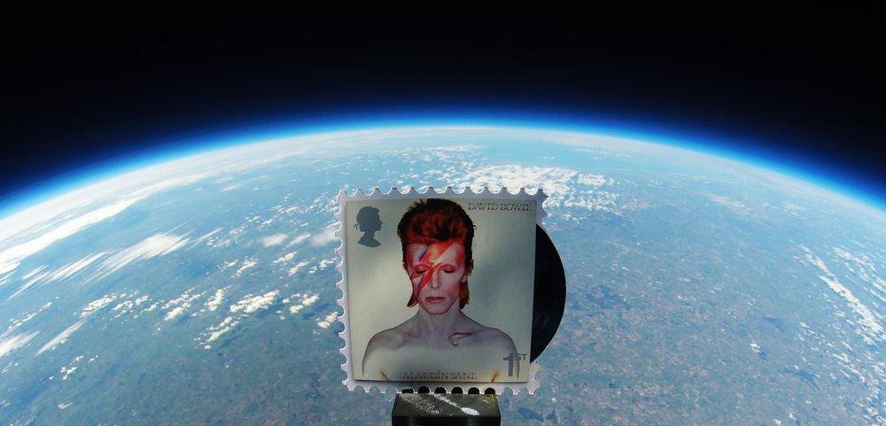 Lanzan estampillas de David Bowie al espacio como parte de un homenaje