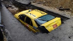 Taxi cayó en una zanja abierta para reparación de alcantarillado