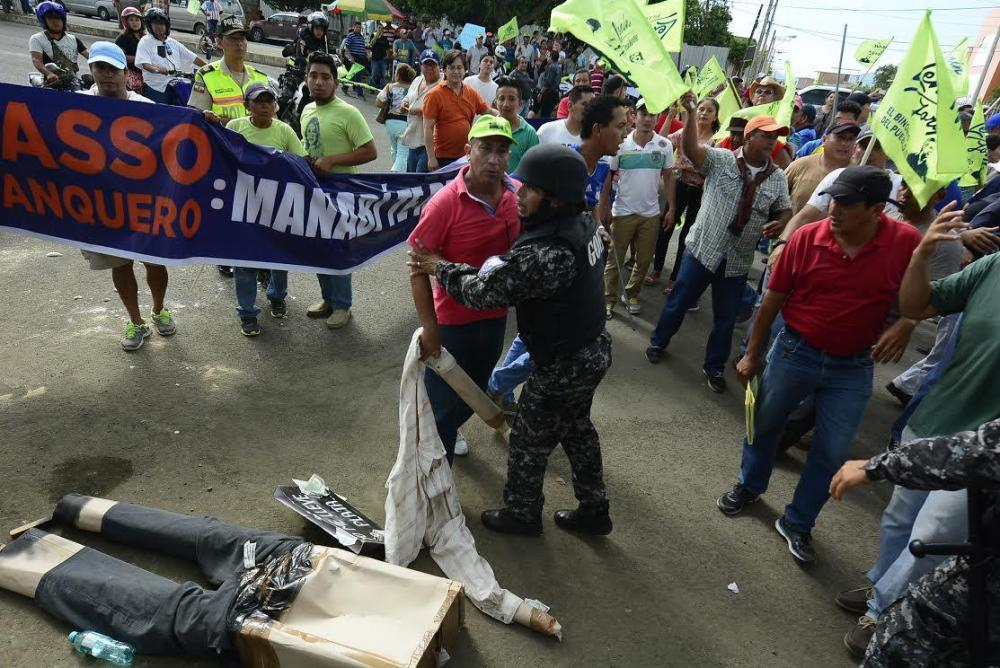 Hubo manifestación política e incidentes que impidieron llegar a Lasso a Ediasa