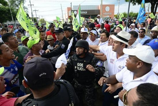 Lasso no pudo dar entrevista a Manavisión tras incidentes frente al canal televisivo