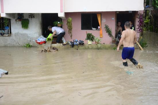 Diez familias afectadas en Alajuela tras desbordamiento de una quebrada