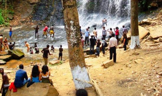 Al menos 18 muertos tras la caída de árbol en unas cataratas de Ghana