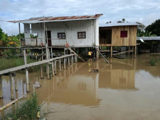 El río Garrapata inunda varios sectores rurales de Chone