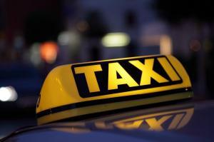 Mujer se lanza de un taxi para evitar ser violada por el chofer