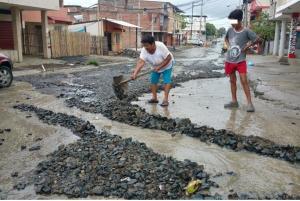 Fuerte lluvia provoca inundaciones en varios sectores de Manta