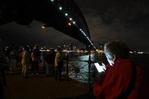 Australia apaga las luces en la Hora del Planeta para promover energías limpias