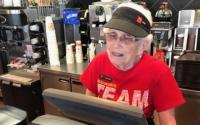Una anciana celebra que lleva 44 años en McDonald's y no planea jubilarse